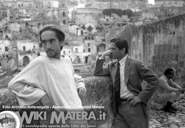 NoteVerticali.it_Pasolini-a-Matera_davanti-ai-sassi